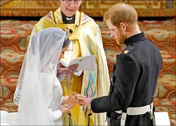 依循英國王室近九十五年傳統,十九日與哈利王子結為連理的美國女星馬克爾,戴上以珍稀「威爾斯黃金」打造的結婚戒指。(路透)