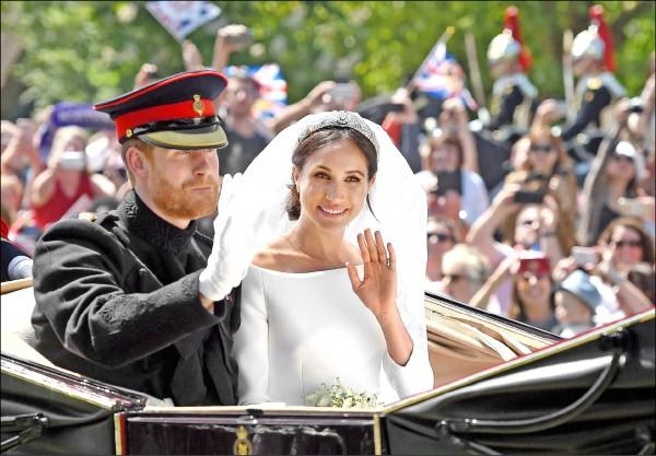 哈利與梅根在婚禮結束後進行馬車巡遊,向沿途民眾揮手致意。(法新社)