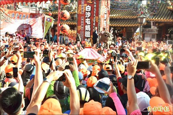 白沙屯媽祖昨天回鑾,數萬名信眾在朝天宮以掌聲代替鞭炮聲歡送。(記者黃淑莉攝)