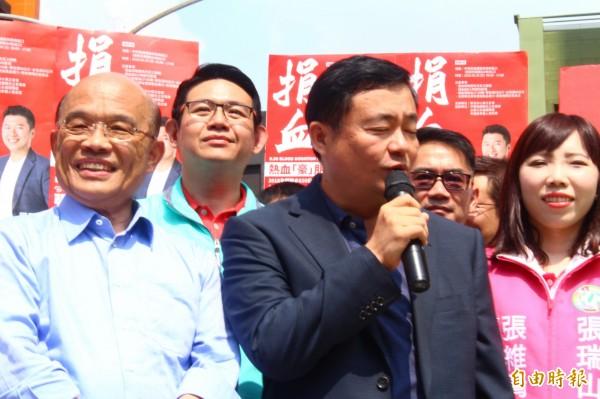 蘇貞昌(左)與洪耀福(中)出席中和區小英之友會的捐血活動。(記者邱書昱攝)