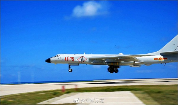 中國國防部發佈的照片指稱,中國空軍轟6K長程轟炸機在南海舉行起降訓練。(取自中國國防部網站)