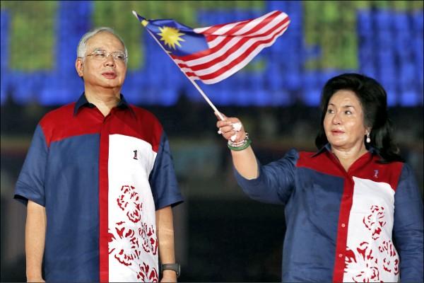 馬來西亞時任總理納吉布與夫人羅斯瑪二○一二年八月在吉隆坡附近的武吉加里爾國家體育場,參加大馬建國五十五週年慶祝活動。(法新社檔案照)