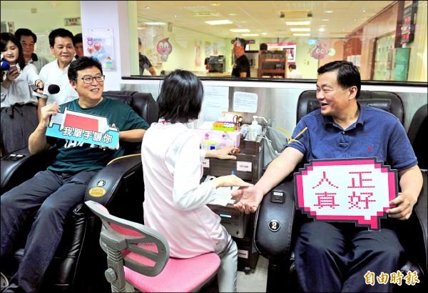 小英之友會昨天舉行公益捐血活動,民進黨秘書長洪耀福(右)和爭取民進黨提名參選台北市長的姚文智(左)一同參加。(記者王藝菘攝)