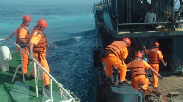 中國漁船越界澎湖海域,澎湖海巡隊強靠登船控制。(澎湖海巡隊提供)