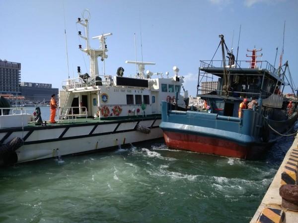 澎湖海巡隊警艇將越界中國漁船,帶案扣回馬公隊部偵訊。(澎湖海巡隊提供)