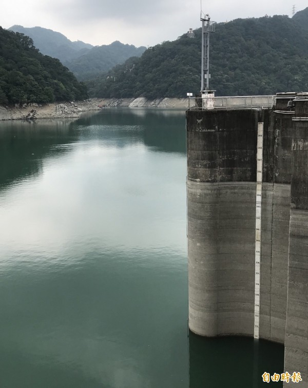 石門水庫蓄水率跌破50%,大壩水位只在230公尺以上。(記者李容萍攝)