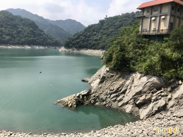 石門水庫蓄水率跌破50%,大壩依山閣旁的岩石已裸露一大截。(記者李容萍攝)