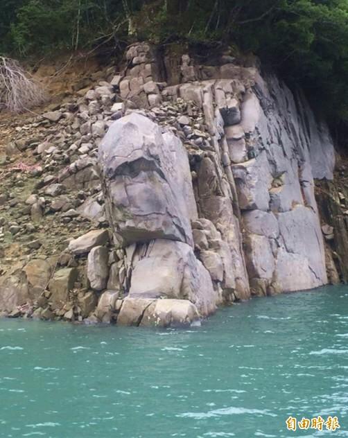 石門水庫旱象奇景「酋長石」,幾乎已經完整重現。(資料照,記者李容萍攝)