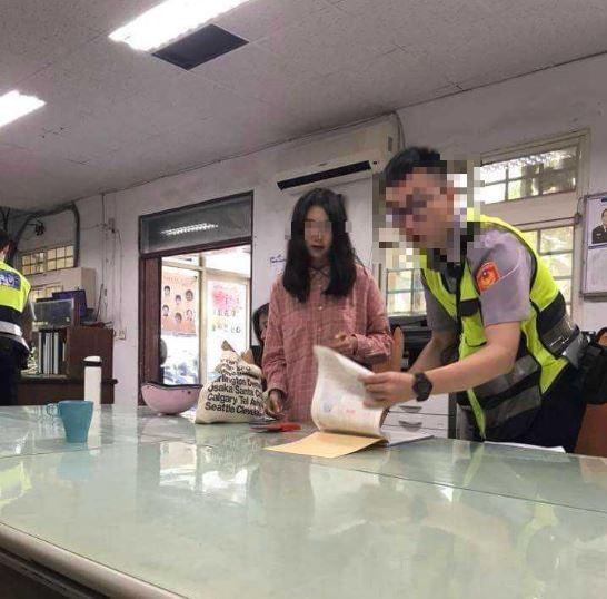 韓國正妹來墾丁遊玩,租了一輛電動車卻不慎發生車禍,許多網友看到正妹長相笑稱要被撞車主「和解書和結婚證書讓她選一張吧」。(圖擷自臉書社團「爆廢公社公開版」)。