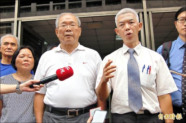 蘇炳坤(中)昨再審開庭,律師尤伯祥(右)指檢方無罪論告,意義重大。(記者楊國文攝)