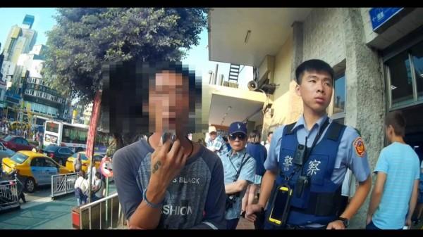 杜許姓男子(左)在中壢火車站前強賣愛心筆,遭警送辦。(記者李容萍翻攝)