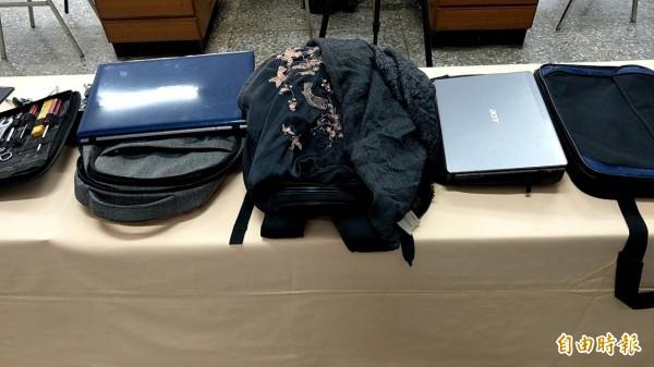 警方在林嫌車上搜出大批偷來的贓證物。(記者姚岳宏攝)