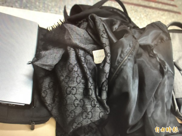 警方在林嫌車上搜出大批偷來的贓證物,包括許多名牌包包。(記者姚岳宏攝)