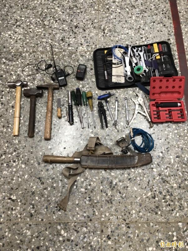 警方在林嫌車內搜出大批行竊工具。(記者姚岳宏攝)