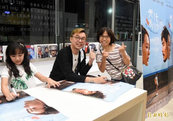 導演李建興(中)曾透露自己非常喜歡台灣,在台灣住了7、8年,對台灣濃厚的人情味與美食念念不忘。(記者張忠義攝)