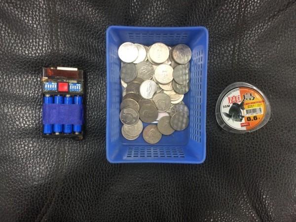 警方查獲孫男偷竊的硬幣及犯案工具。(記者歐素美翻攝)