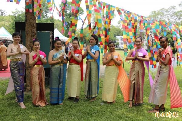 屏科大潑水節活動,來自不同國家的學生穿上泰國傳統服飾,參加「宋干小姐」選拔。(記者邱芷柔攝)