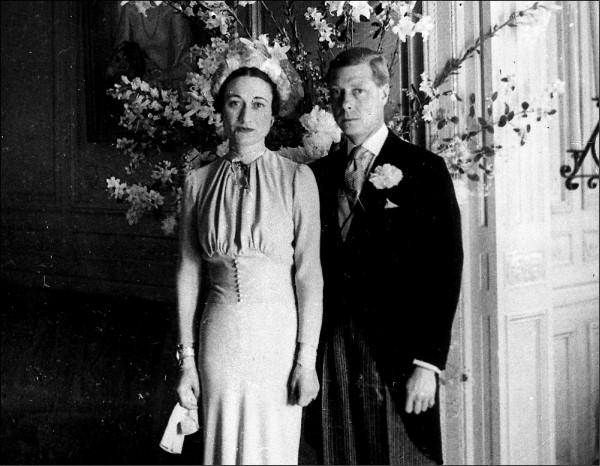 英國國王愛德華八世(右)退位後,一九三七年六月與有過兩段婚姻的美國社交名媛華里絲.辛普森,在法國杜爾(Tours)附近的康代(de Cande)城堡完婚,成為溫莎公爵和溫莎公爵夫人。  (美聯社檔案照)