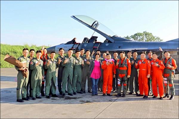 F十六戰機飛行員鄧德謹(前排戴花圈者)前年從嘉義空軍基地退伍。(鄧德謹提供)