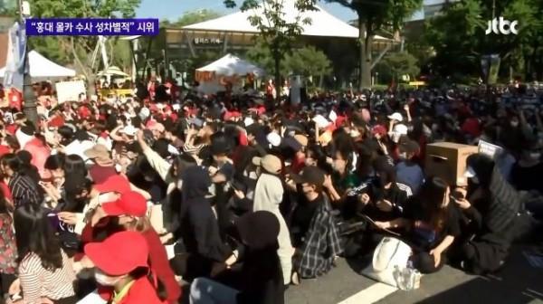 南韓首爾19日這場街頭集會抗議當局「偏袒男性受害者」,原本預估只有2000人參與,最後竟來了超過1萬人,創下「#Me Too」運動以來規模最大的集會。(圖翻攝自JTBC)