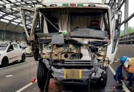 南韓嶺東高速公路一輛大貨車疑似因為煞車失靈,不慎撞擊前方車輛,導致17輛車子毀損。(圖擷自korea daily)