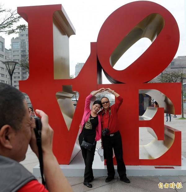 印第安那代表作「Love」成為全球多個城市的知名公共藝術,台灣也有,就在台北101大樓外。(資料照)