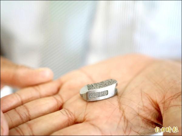 可成生技研發多孔隙骨釘,可望今年通過第二和三類GMP認證。(記者簡惠茹攝)