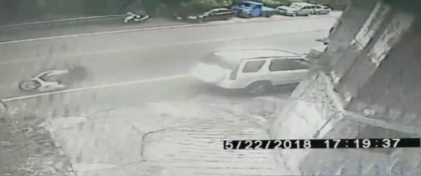 陳男(左)騎乘機車打滑,高速撞上路邊停的汽車。(記者陳薏云翻攝)