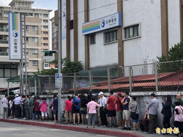 中華電信因為499元吃到飽,民眾擠爆全台門市。(記者方惠宗攝)