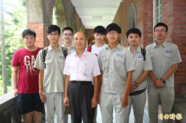 建中校長徐建國(前排穿白衣者)指幫學生赴中寫推薦函「被關切」。圖為他與建中錄取台大學生合影。(資料照)