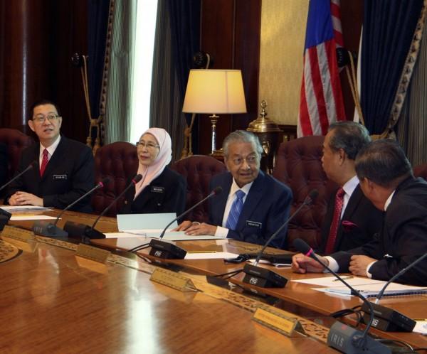 高齡92歲總理馬哈地今日主持新政府首次內閣會議,宣布4項撙節措施。(美聯社)