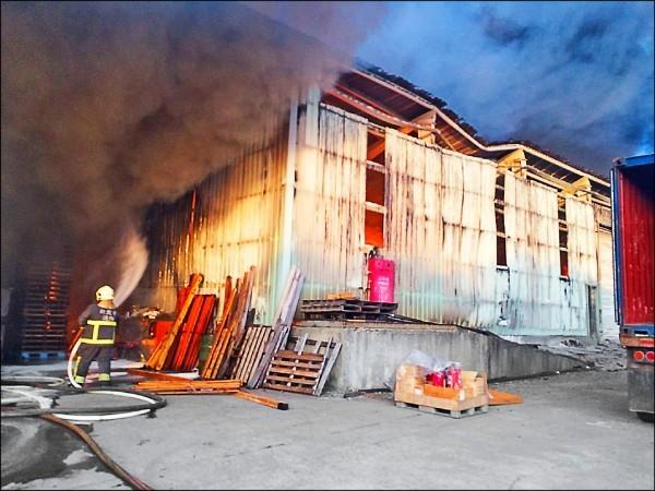 遙控飛機掉落在新北市林口鐵皮倉儲,竄出大量濃煙,火勢猛烈。(資料照,記者王宣晴翻攝)
