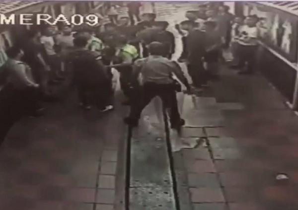兩派人馬在KTV打群架,警方快打部隊趕往將兩方隔開。(記者湯世名翻攝)
