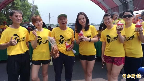 虎馬路跑協會會長陳克昌(左三)手拿烤雞邀全國跑友虎尾跑馬。(記者廖淑玲攝)