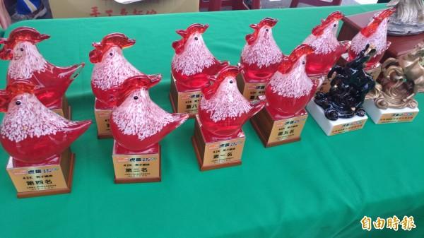 極有特色的今年烤雞馬獎牌。(記者廖淑玲攝)