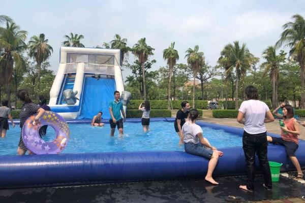 高雄科技大學境外畢業生歡送會,以充氣泳池讓同學戲水消暑,以歡樂汗水取代離情依依的淚水。(高科大提供)