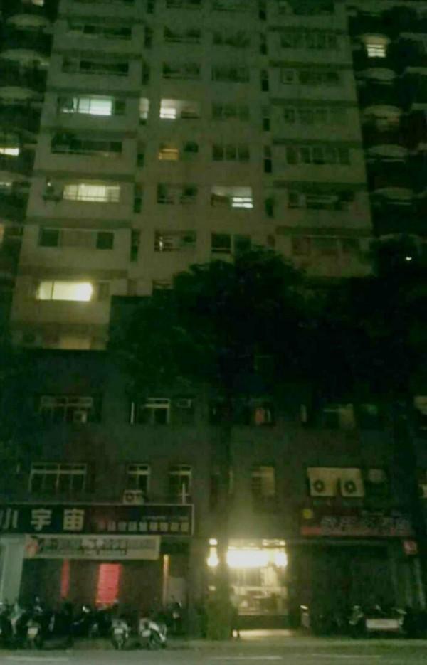 跳樓的國中生,住在這棟大樓內。(記者張瑞楨翻攝)