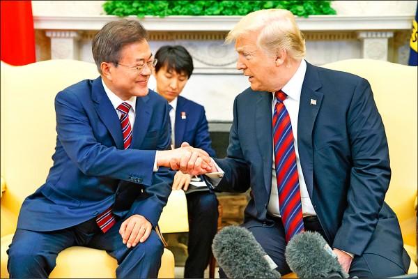 美國總統川普二十二日在白宮接待來訪的南韓總統文在寅,討論朝鮮半島情勢。川普首度親口證實,預定下月在新加坡舉行的「川金會」可能延期,並暗批中國從中作梗。(美聯社)