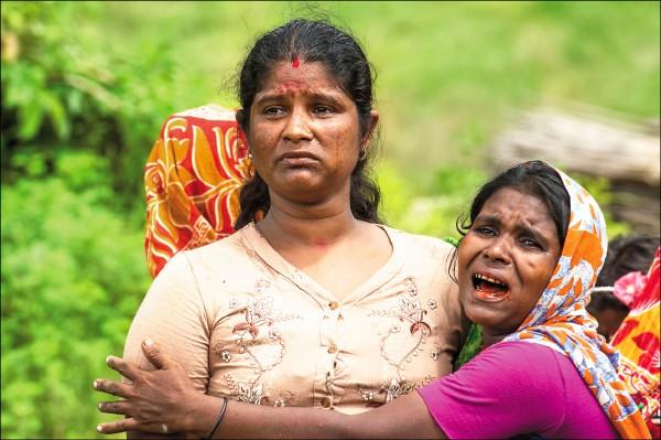 圖為孟都的印度教徒去年九月目睹其慘遭屠戮的家屬屍體時痛哭失聲。(法新社檔案照)