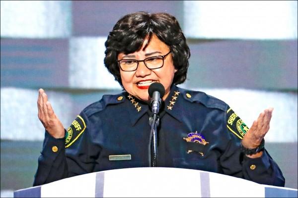 在德州,民主黨也提名拉丁裔、曾任達拉斯警長的巴爾德斯(Lupe Valdez)競選州長。(美聯社檔案照)