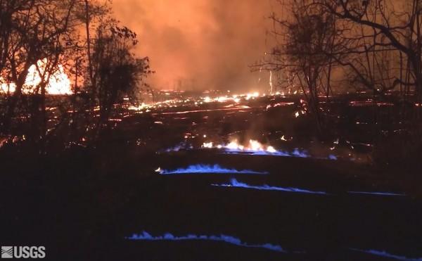 夏威夷火山爆發造成地裂甲烷噴出,被高溫環境點燃成為藍色火焰海。(圖擷自USGS)