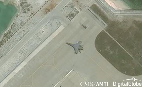 中國近年積極軍事化南海,美國的商業衛星也清楚拍到中國戰機降落在南海島礁上。(路透)