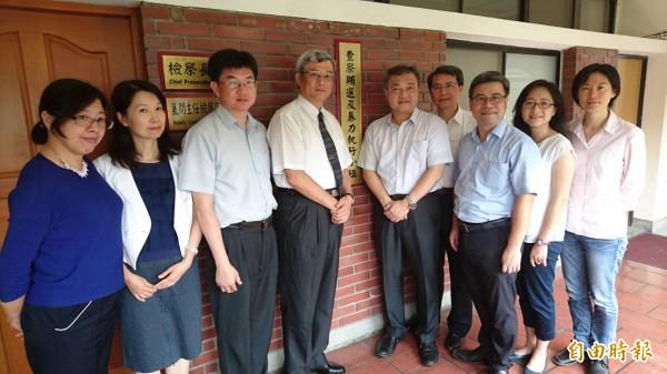 士檢檢察長張清雲(左四)帶領各主任檢察官揭牌,宣示查賄決心。(記者黃捷攝)
