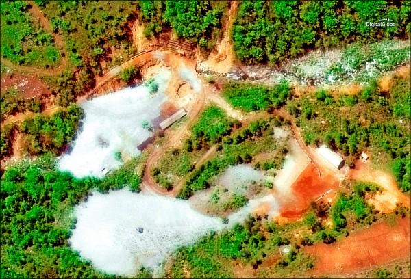 北韓依約爆破其豐溪里核試場三條坑道等核試相關設施。上圖為美國商業衛星影像公司「數位全球」廿三日拍攝的核試場空照圖。(路透)