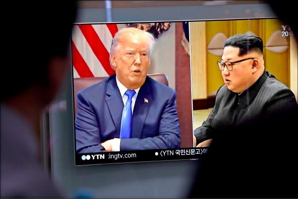 美國總統川普廿四日透過白宮宣布,預定六月十二日與北韓領導人金正恩(右)在新加坡舉行的「川金會」破局。圖為南韓首爾火車站的電視螢幕正播報相關新聞。(歐新社)