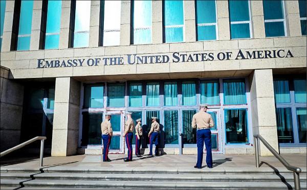 美國駐古巴哈瓦那大使館(見圖)24名人員曾出現失聰、頭暈、耳鳴及頭痛等身體異狀,疑遭神秘高音聲波攻擊。(法新社檔案照)