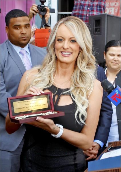 宣稱2006年曾與川普發生婚外情的成人片女星「狂暴丹尼絲」,獲頒加州西好萊塢市鑰。(歐新社)