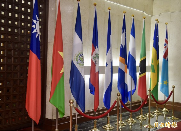 布吉納法索(左2旗幟)與我國斷交,美國國務院發言人批評中國正在改變台海的現狀。(記者黃耀徵攝)