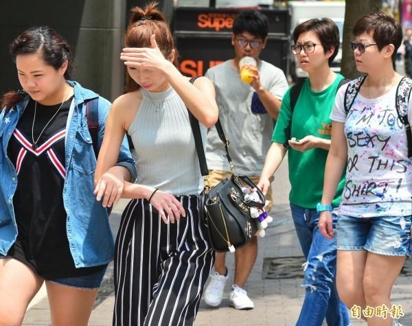 氣象局公布的觀測資料顯示,台東大武已於下午2點13分出現37度高溫。(資料照)