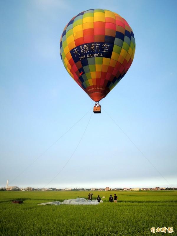 宜蘭伯朗大道首度升起熱氣球。(記者江志雄攝)
